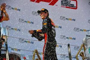 Le vainqueur Max Verstappen, Red Bull Racing, sur le podium