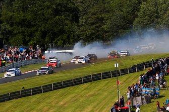 Matt Neal, Halfords Yuasa Team Dynamics Honda Civic , Jason Plato, Power Maxed Racing Vauxhall, Tom Ingram, Speedworks Motorsport Toyota Corolla crash exiting Old Hall