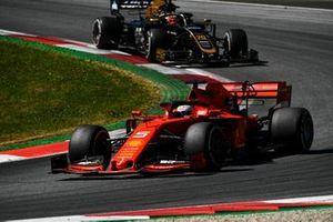 Sebastian Vettel, Ferrari SF90, devant Kevin Magnussen, Haas F1 Team VF-19