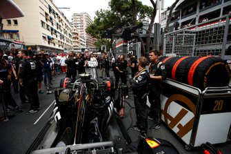 Mechanics on the grid with Kevin Magnussen, Haas F1 Team VF-19