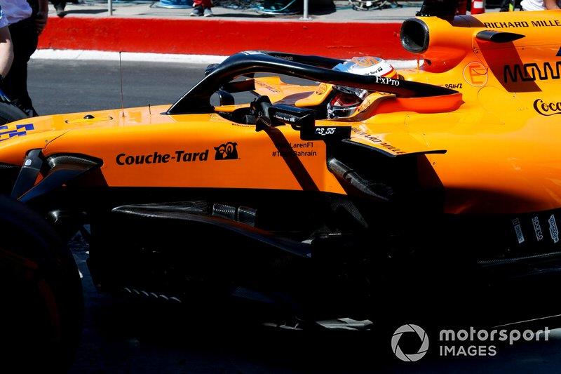 Carlos Sainz Jr., McLaren MCL34, lascia il garage