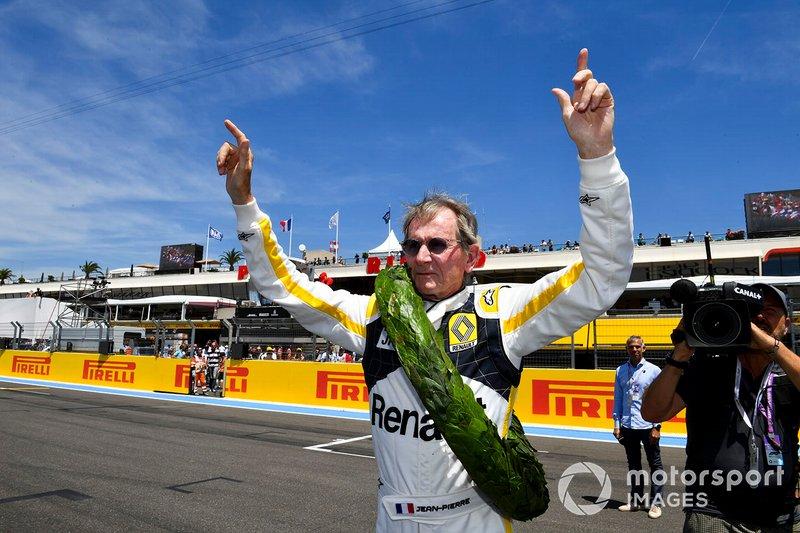 Jean-Pierre Jabouille sur la grille après avoir piloté son ancienne voiture