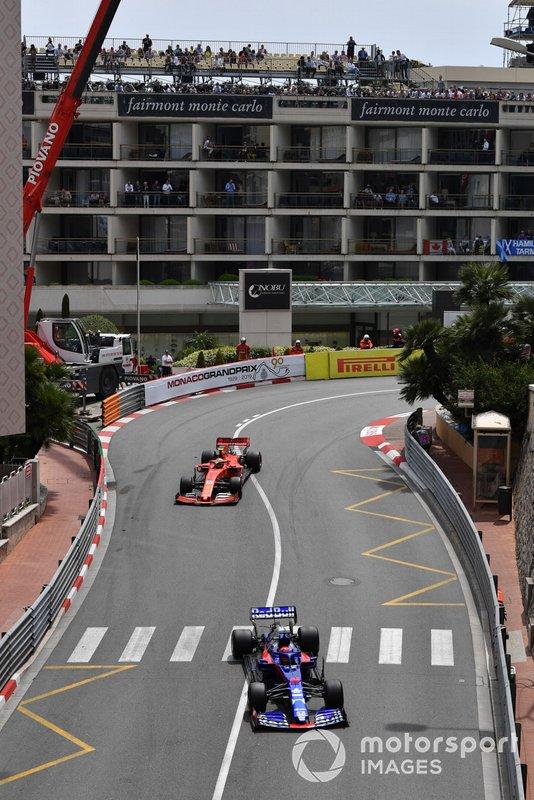 Daniil Kvyat, Toro Rosso STR14, precede Charles Leclerc, Ferrari SF90