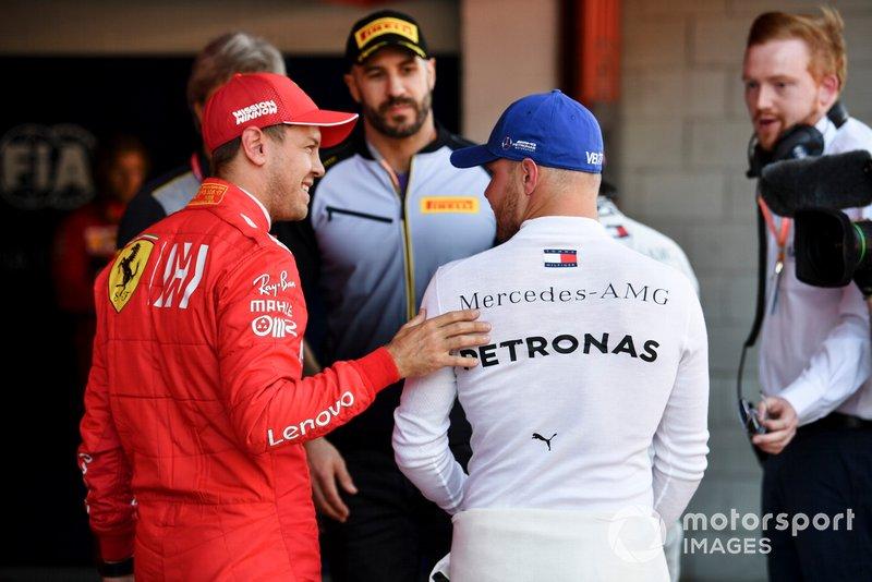Sebastian Vettel, Ferrari, habla con el hombre de la pole Valtteri Bottas, Mercedes AMG F1, después de la Clasificación