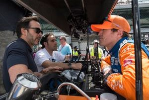 NASCAR-coureur Jimmie Johnson spreekt met Dario Franchitti en Scott Dixon, Chip Ganassi Racing Honda