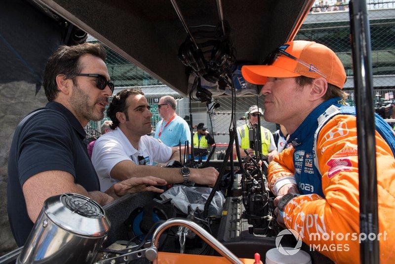 Le Champion de NASCAR Jimmie Johnson parle à Dario Franchitti et Scott Dixon, Chip Ganassi Racing Honda