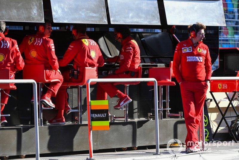 Mattia Binotto, Team Principal Ferrari, e il team Ferrari, al muretto box