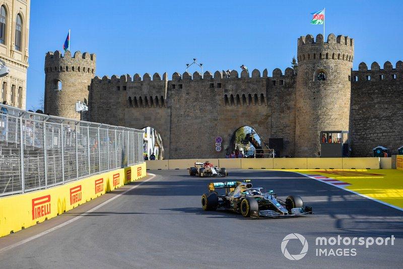 Valtteri Bottas, Mercedes AMG W10, devant Kimi Raikkonen, Alfa Romeo Racing C38