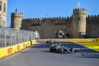 Valtteri Bottas, Mercedes AMG W10, precede Kimi Raikkonen, Alfa Romeo Racing C38