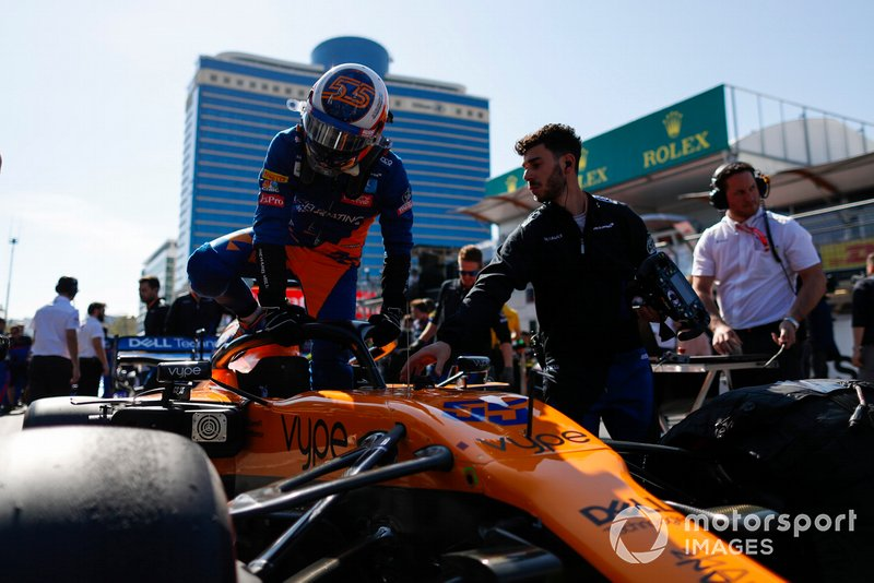 Carlos Sainz Jr., McLaren, in griglia di partenza