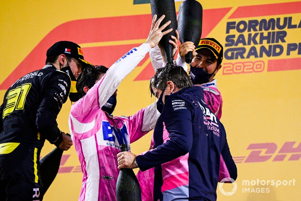 Podio: ganador Sergio Pérez, Racing Point, y tercer lugar Lance Stroll, Racing Point, y Andy Stevenson, Director deportivo de Racing Point