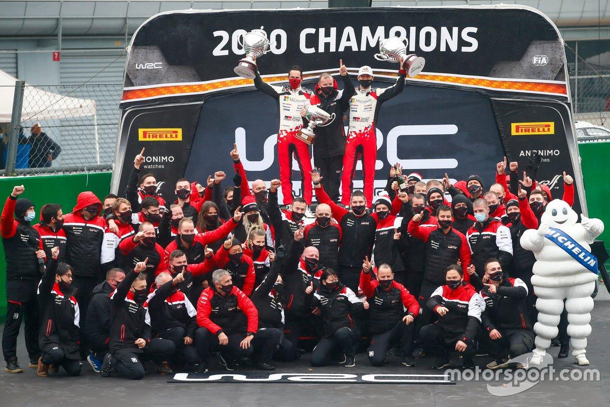 Podio: Sébastien Ogier, Julien Ingrassia, Toyota Gazoo Racing WRT Toyota Yaris WRC con el equipo