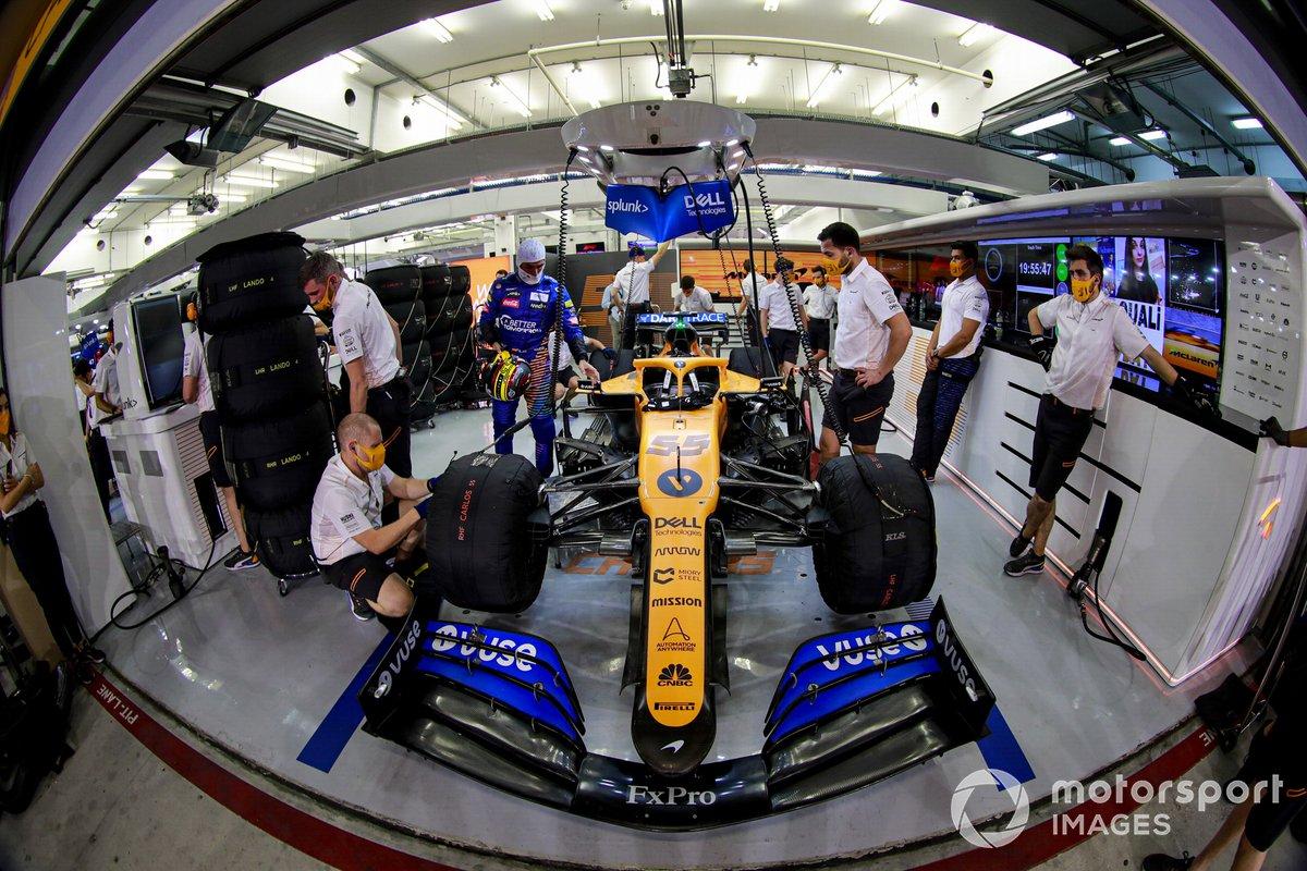 Carlos Sainz Jr., McLaren MCL35 in garage