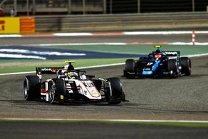 Theo Pourchaire, ART Grand Prix, leads Marcus Armstrong, Dams