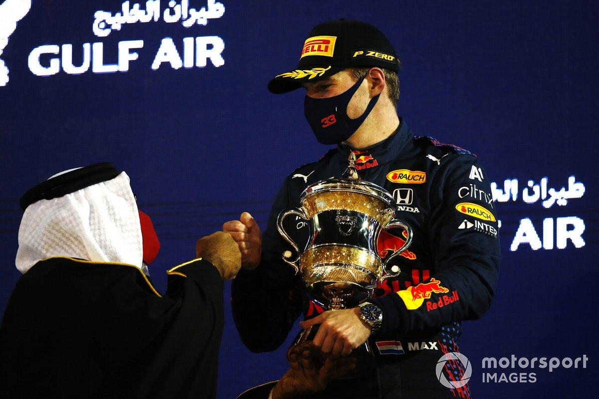 Max Verstappen, Red Bull Racing, 2 ° posto, con il suo trofeo sul podio