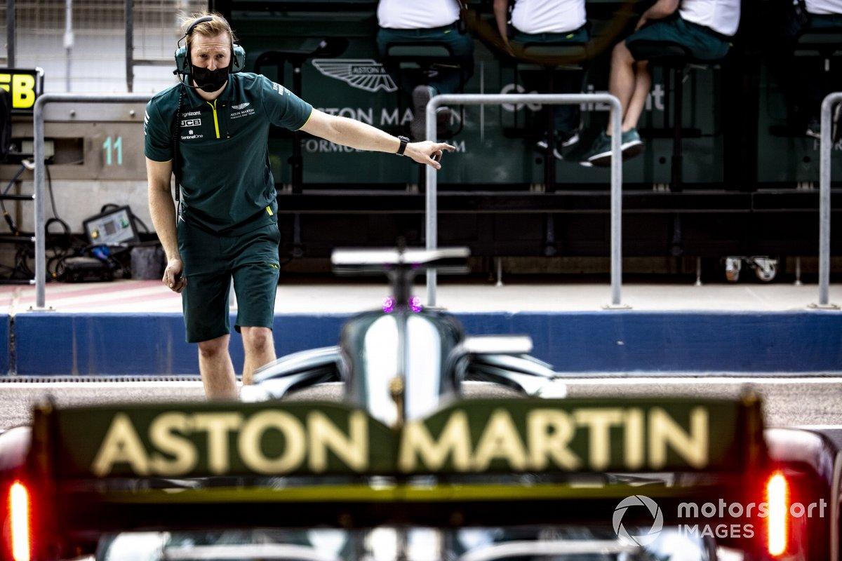 Meccanico dell'Aston Martin al lavoro