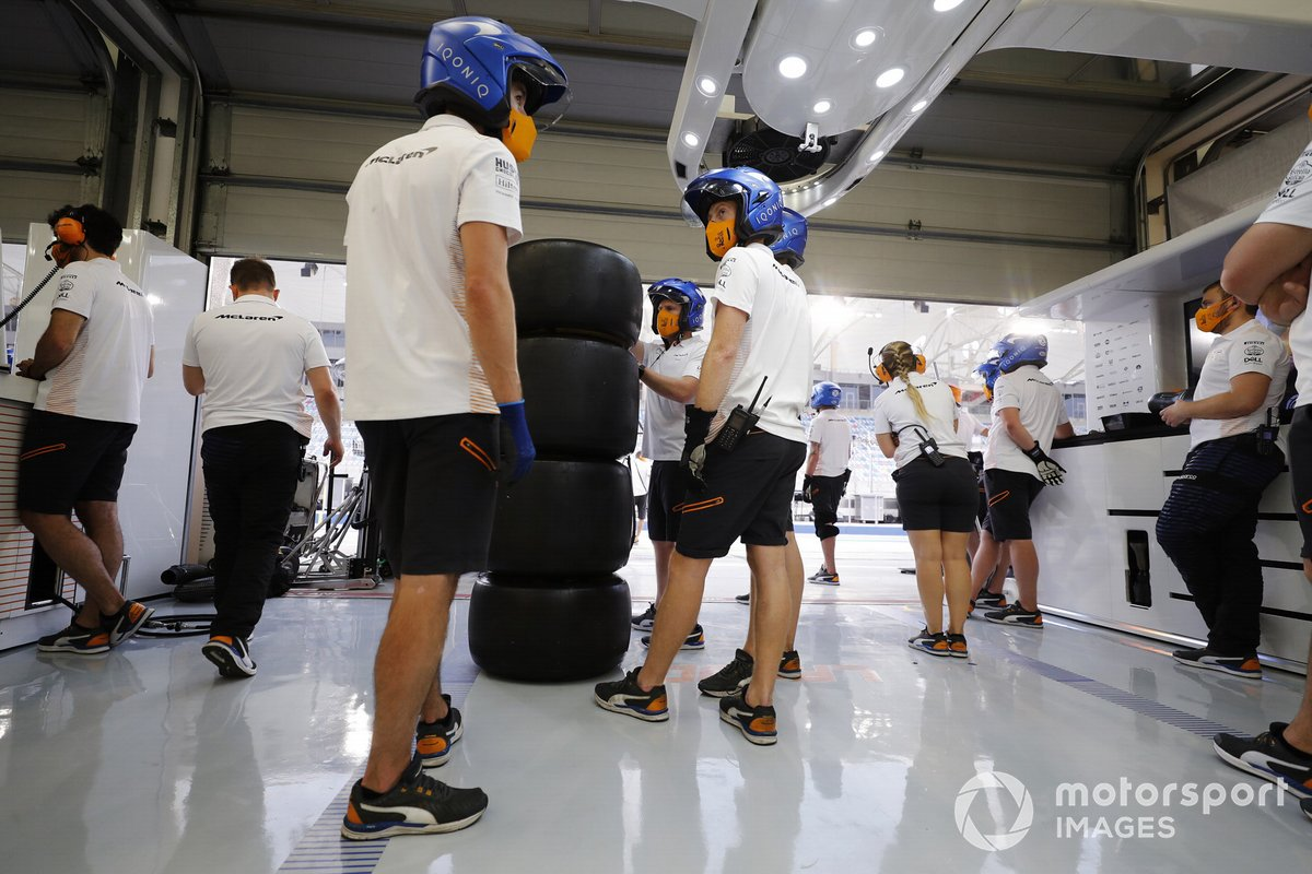 Lo staf della McLaren nel garage