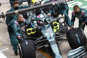 Mechanics with Sebastian Vettel, Aston Martin AMR21,