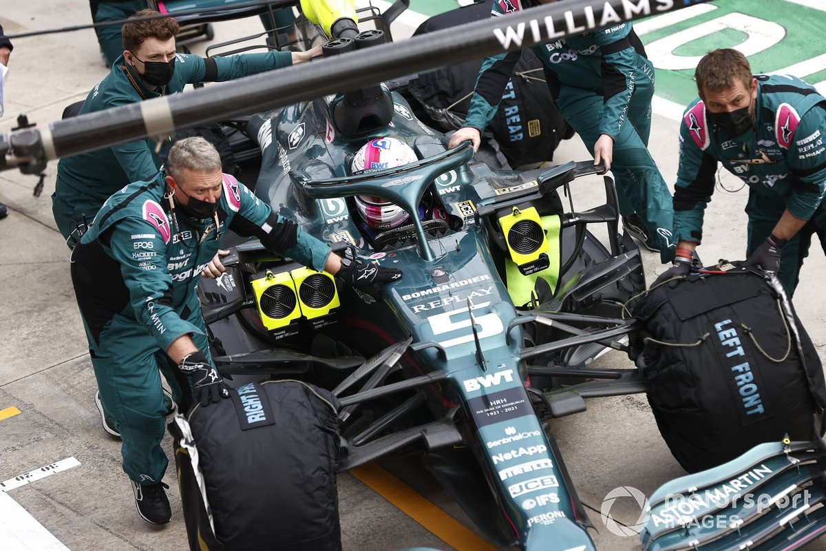 Mecánicos con Sebastian Vettel, Aston Martin AMR21,