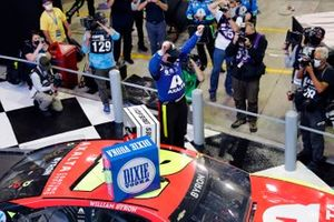 William Byron, Hendrick Motorsports, Chevrolet Camaro Axalta celebrates his win