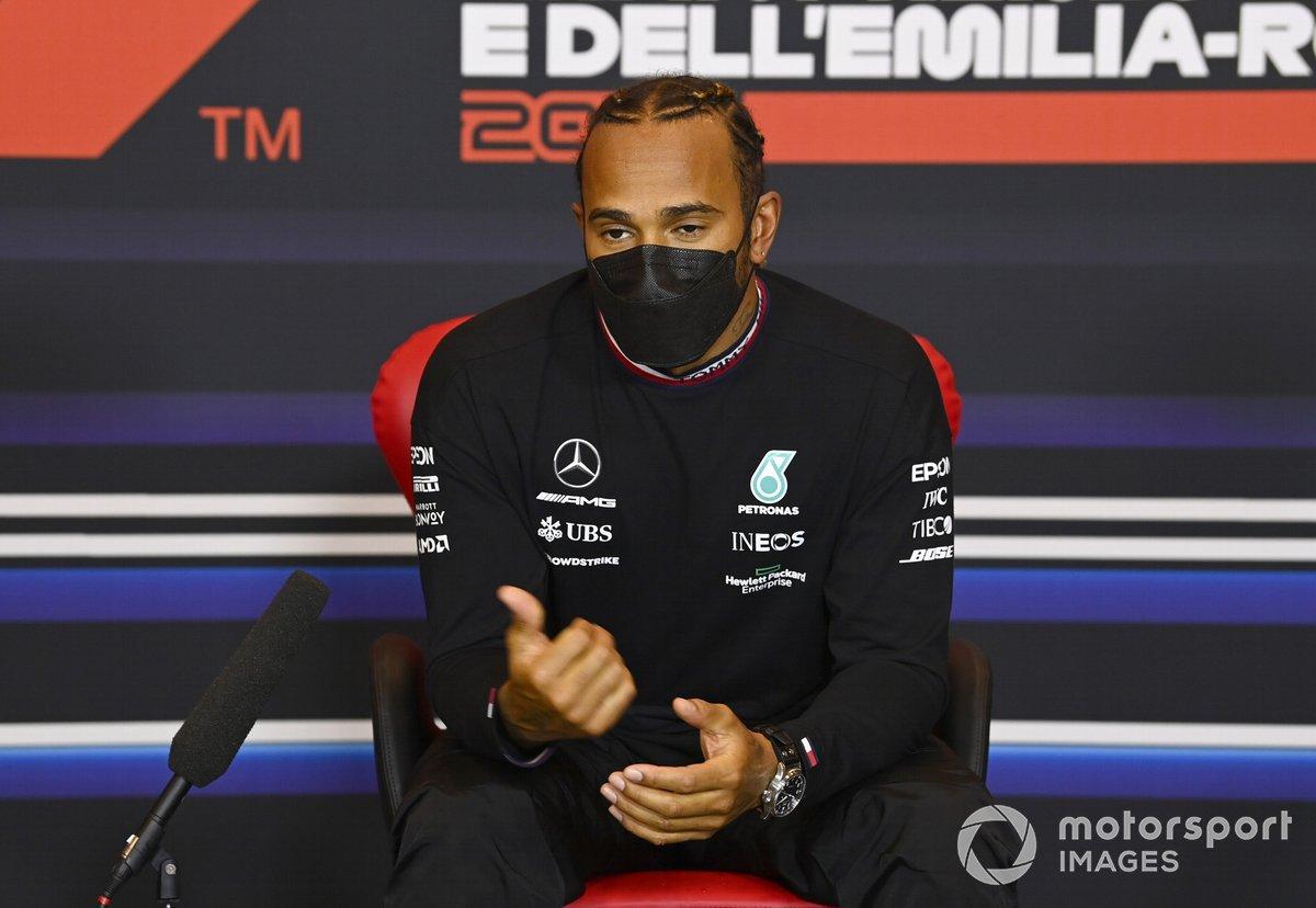 Ganador de la pole Lewis Hamilton, Mercedes, en la conferencia de prensa