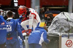 Nikita Mazepin, Haas VF-21, se baja de su coche en la parrilla