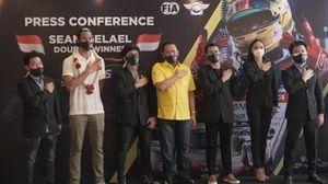 Sean Gelael (Baju Putih), JOTA Team, Bambang Soesatyo (Baju Kuning), Ketua IMI Pusat.