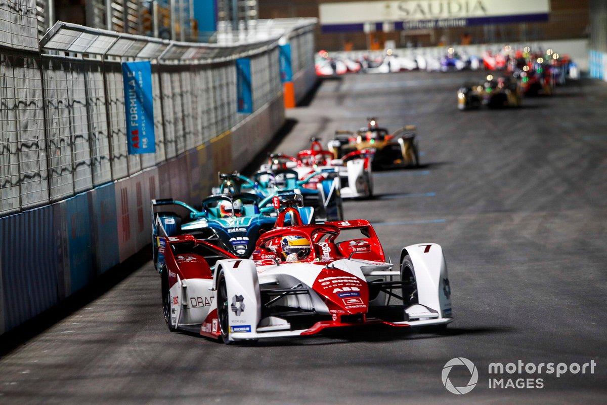 Sergio Sette Camara, Dragon Penske Autosport, Penske EV-4, por delante de Oliver Turvey, NIO 333, NIO 333 001, y Tom Blomqvist, NIO 333, NIO 333 001