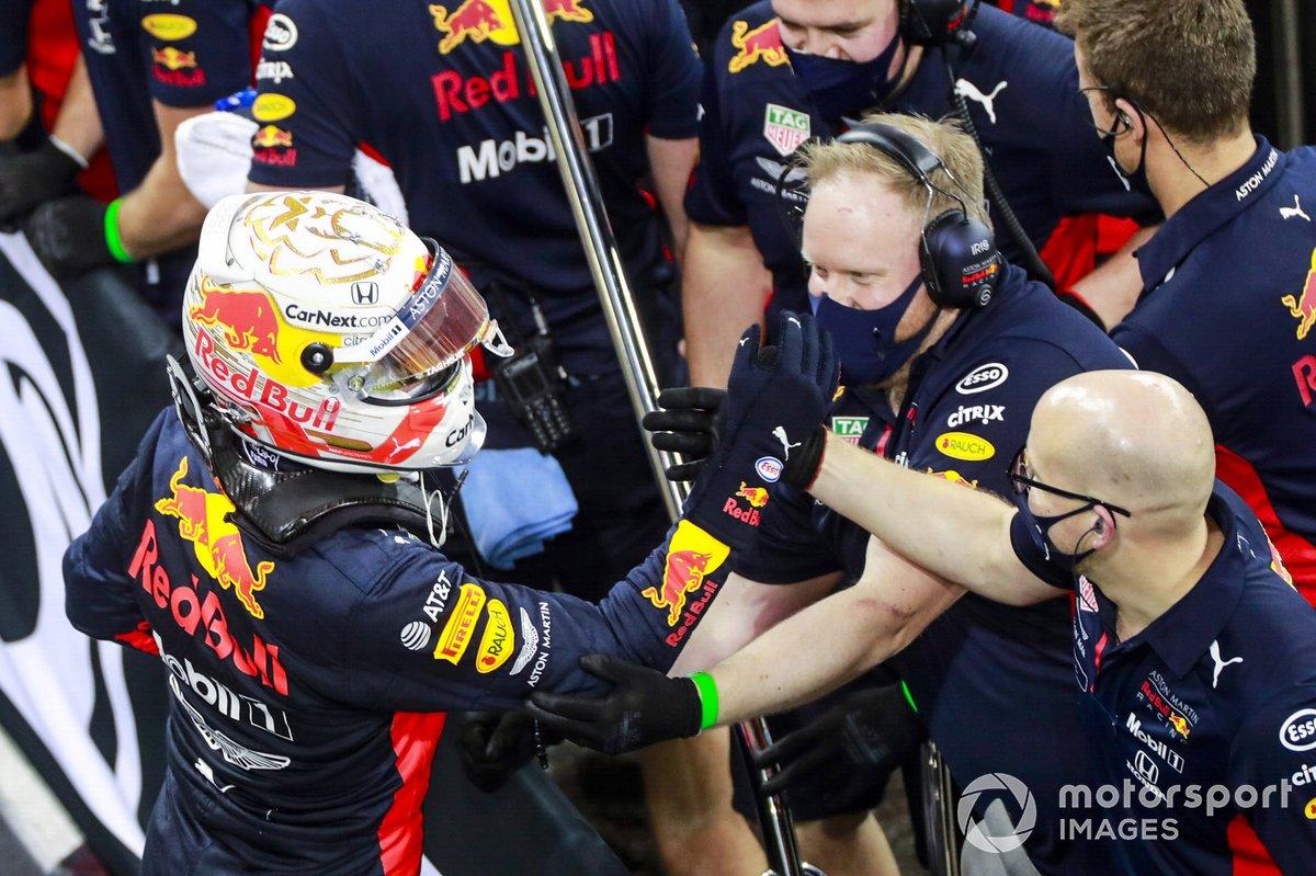 Max Verstappen, Red Bull Racing, si congratula con la sua squadra