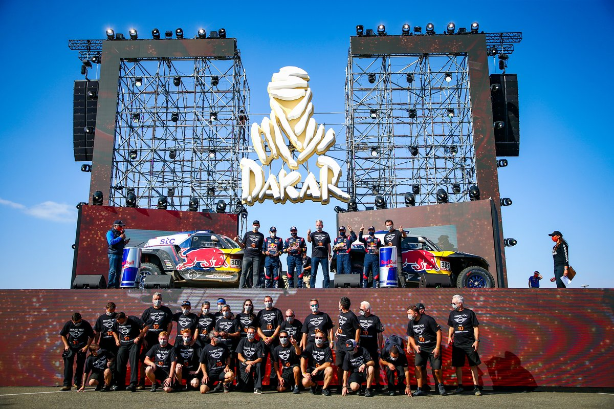 #300 X-Raid Mini JCW Team: Carlos Sainz, Lucas Cruz. #302 X-Raid Mini JCW Team: Stéphane Peterhansel, Edouard Boulanger with the team