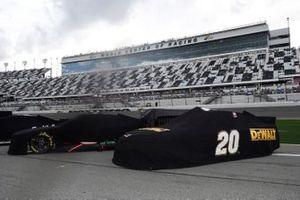 NASCAR-Autos unter Regenplanen