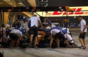 Daniel Ricciardo, McLaren MCL35M, ai box durante le Prove Libere 2