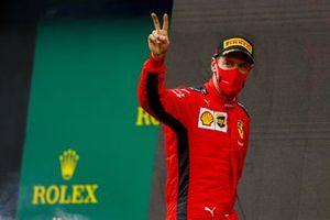 Sebastian Vettel, Ferrari, 3rd positie, stapt het podium op