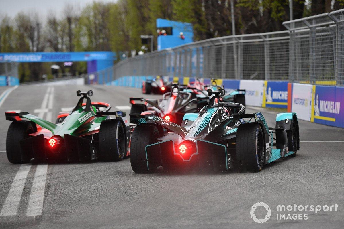Lucas Di Grassi, Audi Sport ABT Schaeffler, Audi e-tron FE07, battles with Mitch Evans (NZL, Jaguar Racing, Jaguar I-Type 5
