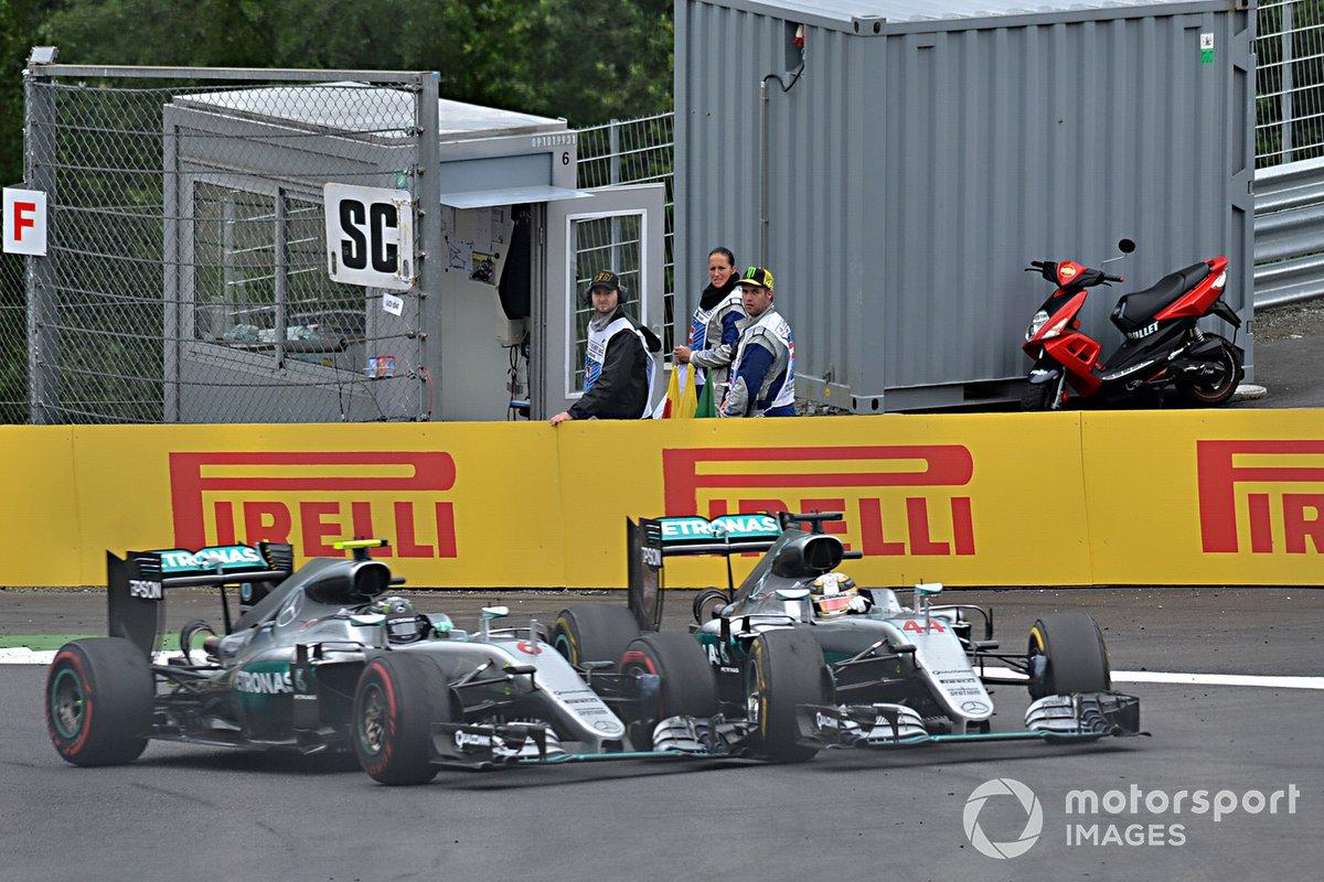 Nico Rosberg, Mercedes-Benz F1 W07 Hybrid and Lewis Hamilton, Mercedes-Benz F1 W07 Hybrid chocan en la última vuelta
