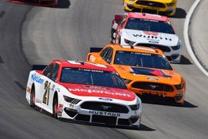 Мэтт ДиБенедетто, Wood Brothers Racing, Ford Mustang и Крис Бушер, Roush Fenway Racing, Ford Mustang