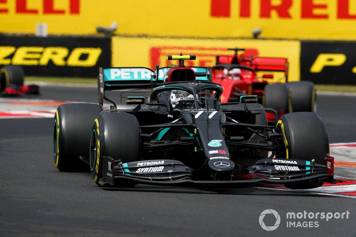 Valtteri Bottas, Mercedes F1 W11, precede Sebastian Vettel, Ferrari SF1000