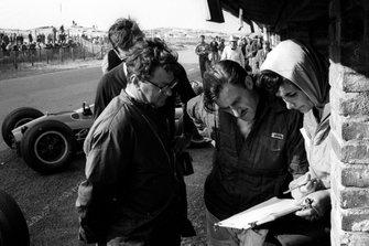 Tony Rudd BRM Diseñador Jefe, Graham Hill y su esposa Bette