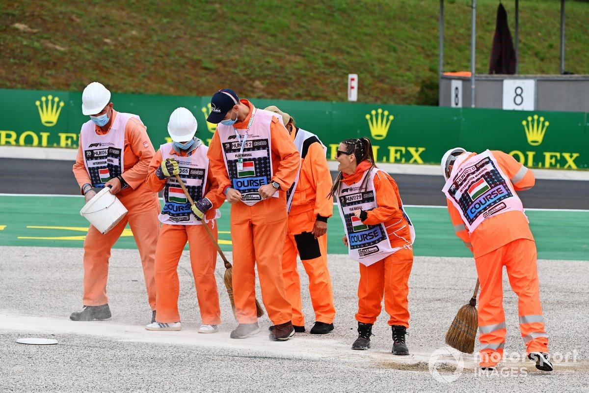 Los comisarios limpian la pista del Hungaroring tras varios incidentes