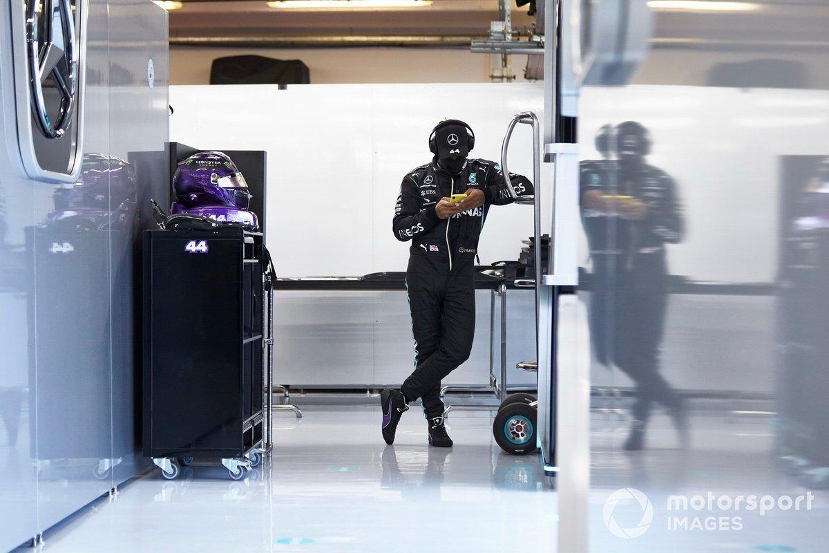Льюис Хэмилтон, Mercedes-AMG Petronas F1, с мобильным телефоном