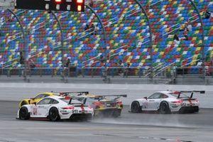#911 Porsche GT Team Porsche 911 RSR - 19, GTLM: Nick Tandy, Fred Makowiecki - passes GT field into Turn one start of race