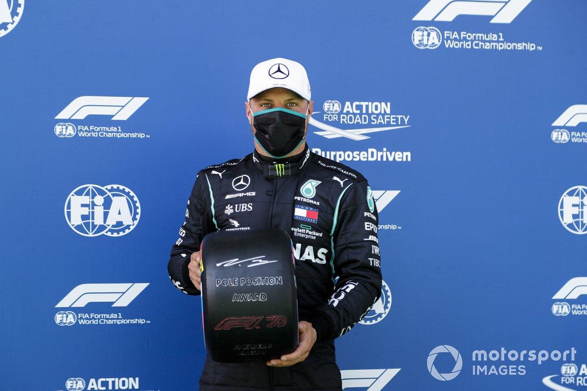 Valtteri Bottas, Mercedes-AMG Petronas F1 festeggia in parc ferme con il Pirelli Pole Position Award