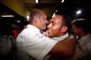 Ron Dennis, director del equipo, McLaren Mercedes, y Lewis Hamilton, McLaren MP4-23 Mercedes, se felicitan por el éxito del campeonato mundial