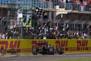 Sebastian Vettel, Red Bull RB7 Renault, komt als eerste over de eindstreep