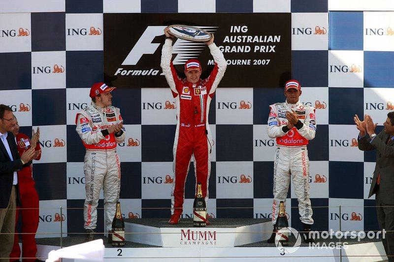 Podium : le vainqueur Kimi Raikkonen, Ferrari, le second Fernando Alonso, McLaren, le troisième Lewis Hamilton, McLaren