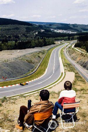 Fans miran a Manfred Winkelhock, ATS D6 BMW