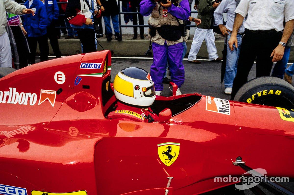 Carlos Reutemann se sienta en la Ferrari 412T1 previo a salir a la pista.