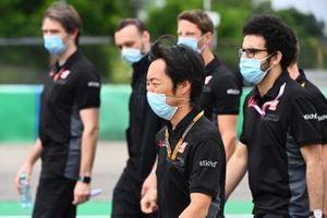 Ayao Komatsu, Ingeniero Jefe de Carreras, Haas F1, camina por la pista con sus colegas