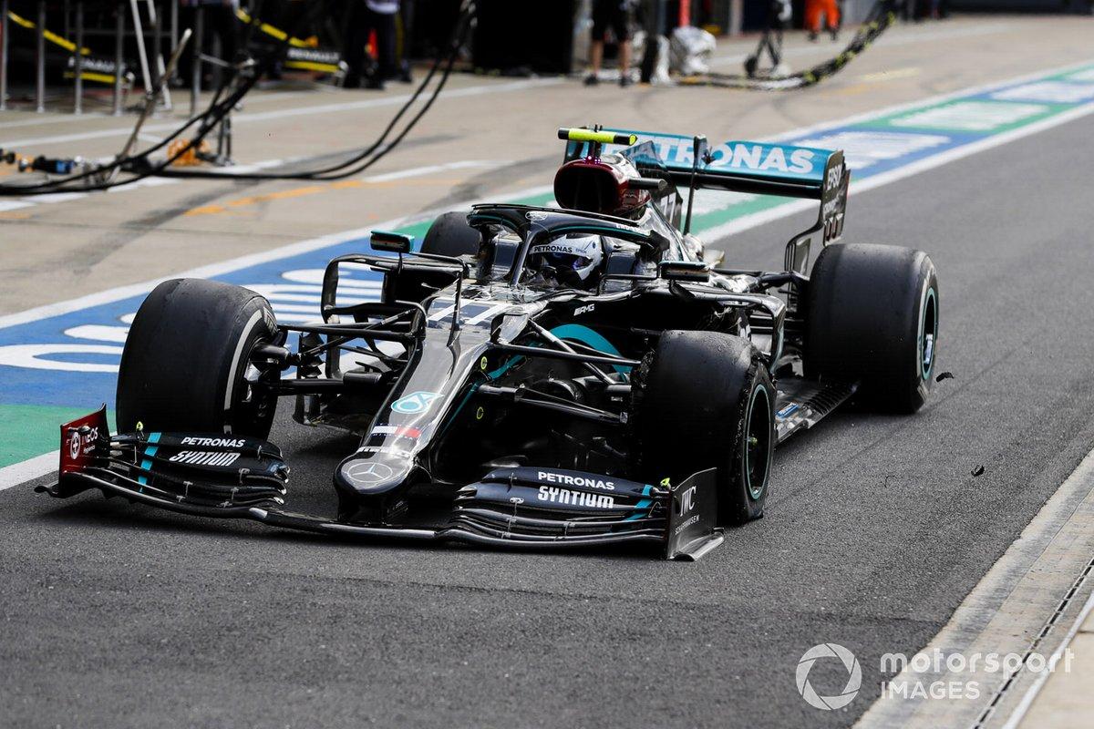 Il pitstop di Valtteri Bottas, Mercedes F1 W11 EQ Performance causato dalla foratura