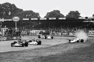Jody Scheckter, McLaren M23 Ford comienza a girar